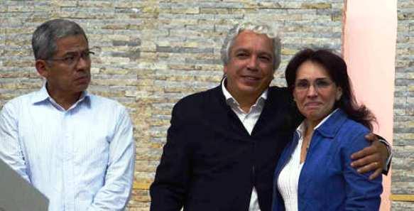 Eduardo Chávez y Carlos Alonso Lucio (pareja de Vivian Morales y ambos terroristas indultados del M19, junto a Viviane Aleyda Morales, Fiscal General de la Nación en la época de la fotografía