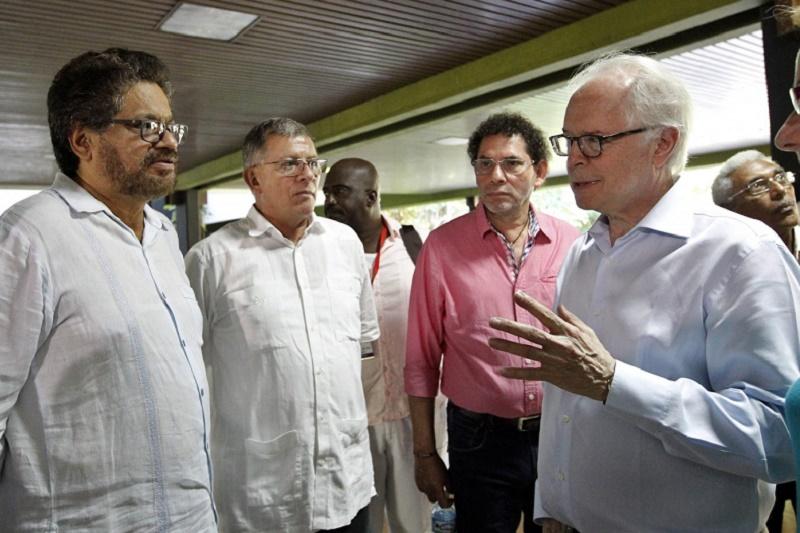 Bernard Aronson y cabecillas de las FARC. Todos los socialistas usan la mentira y el engaño