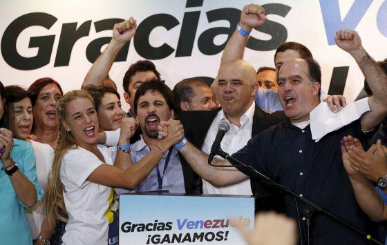 Liliana Tintori celebrando junto a la MUD los resultados electorales de 2015