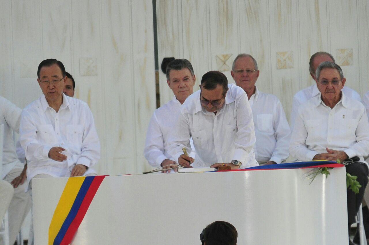Timochenko y Santos firmando el acuerdo