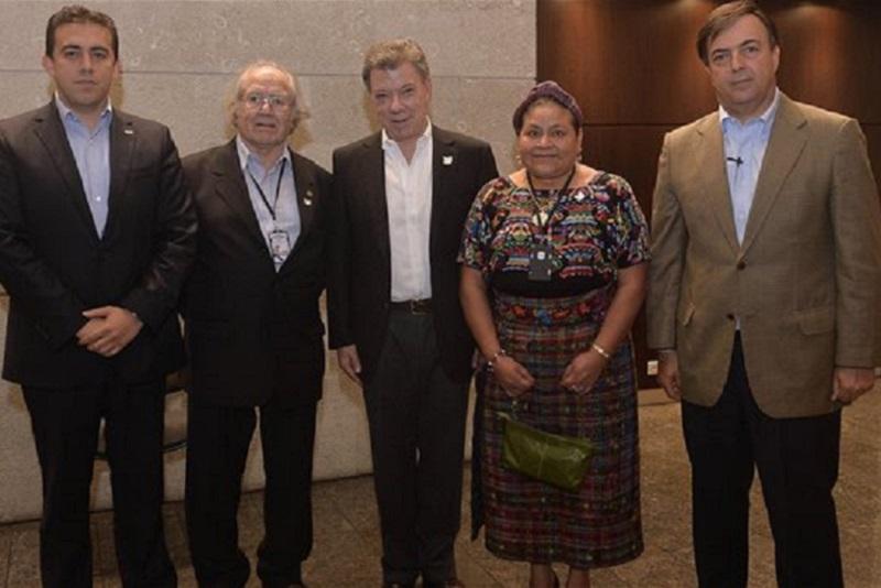 Santos con Pérez Esquivel y Rigoberta Menchú. Los Nobeles marxistas y mentirosos