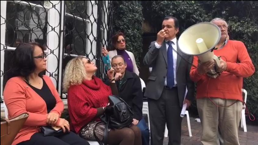 Reunión del grupo de simpatizantes del CD que protestaron en la sede del partido, con Oscar Iván Zuluaga
