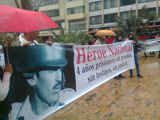 Una de las muchas manifestaciones de apoyo al Coronel Plazas Vega (foto periodismo Sin Fronteras)