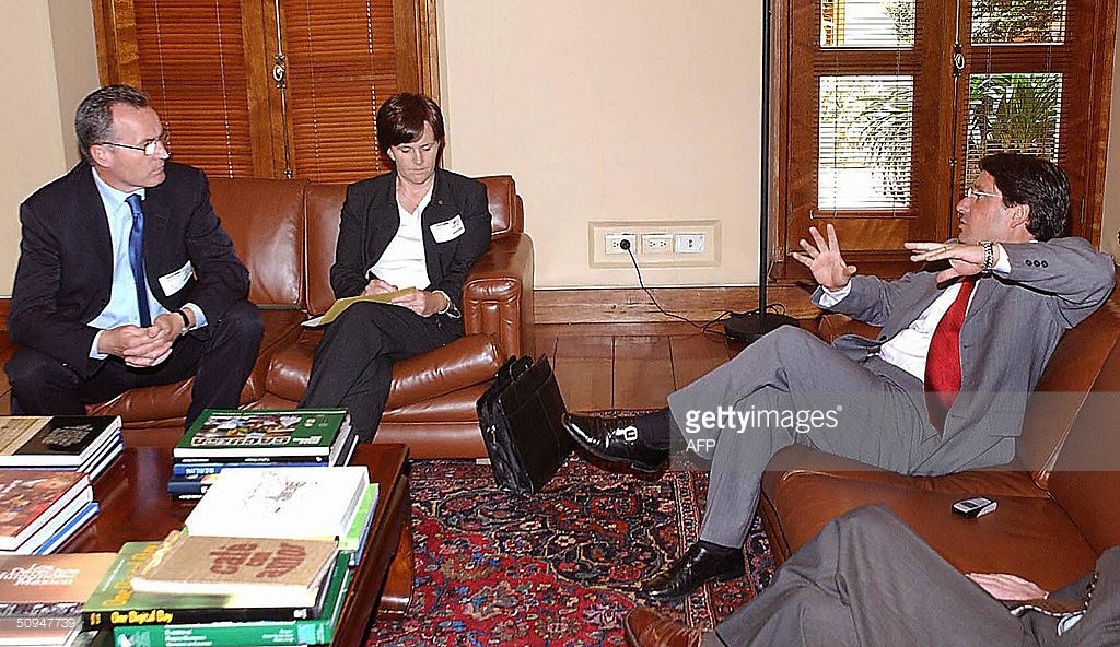 Colombia's vice-president Francisco Santos talks to the irish parlamentaries Katriona Ruane and Gerry Kelly (IRA terrorist) (AFP 2004)