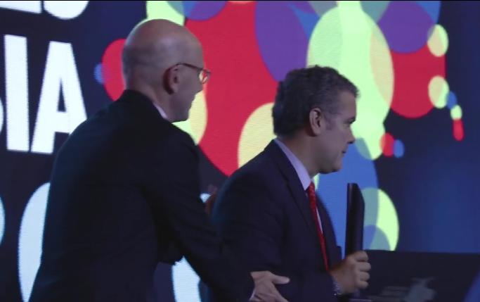 Iván Duque recibiendo el premio al liderazgo, de manos de Alejandro Santos
