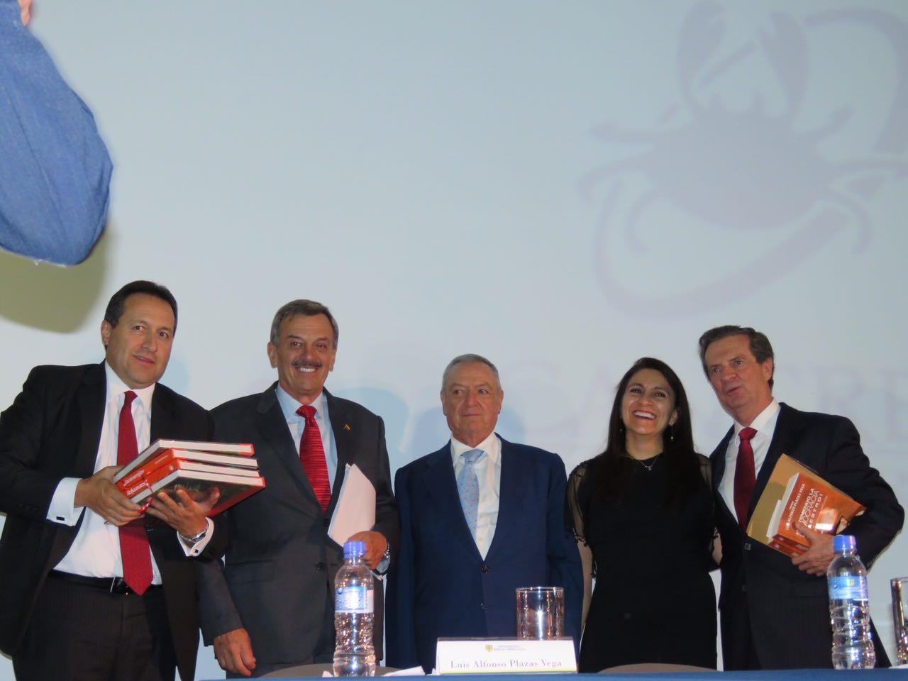 Coronel Plazas con los directivos de Editorial Cangrejo, el rector de la Sergio Arboleda y el exministro Londoño