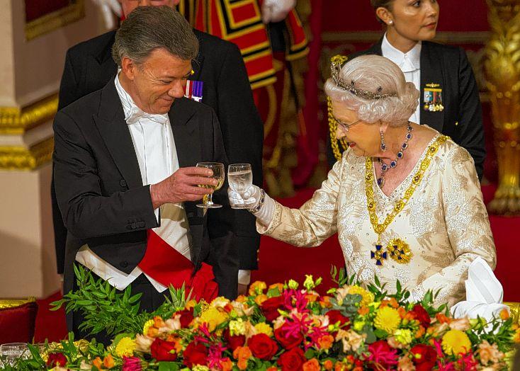 Juan Manuel Santos y la reina Isabel (Foto El Pais)