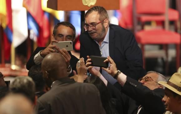 """Selfie de Armando Benedetti con Timochenko, durante la firma del """"nuevo"""" acuerdo"""