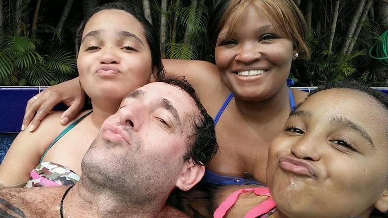 Carlos, Angie y sus hijas. No hace mucho tiempo
