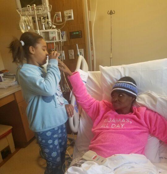 Angie, en su lecho de muerte, con una de sus hijas