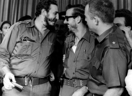 Fidel Castro, con los comandantes de la revolución Eloy Gutierrez Menoyo (en el centro) y William Morgan, en La Habana en agosto de 1959