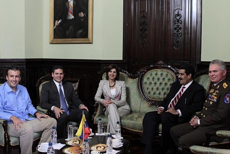 La Canciller María Ángela Holguín y el embajador Juan Carlos Pinzón legitimando el régimen del tirano Maduro
