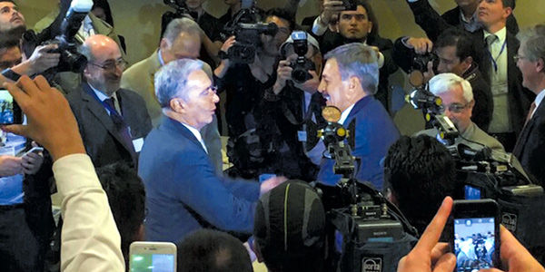 Alvaro Uribe Vélez saluda al coronel Plazas Vega luego de su libertad