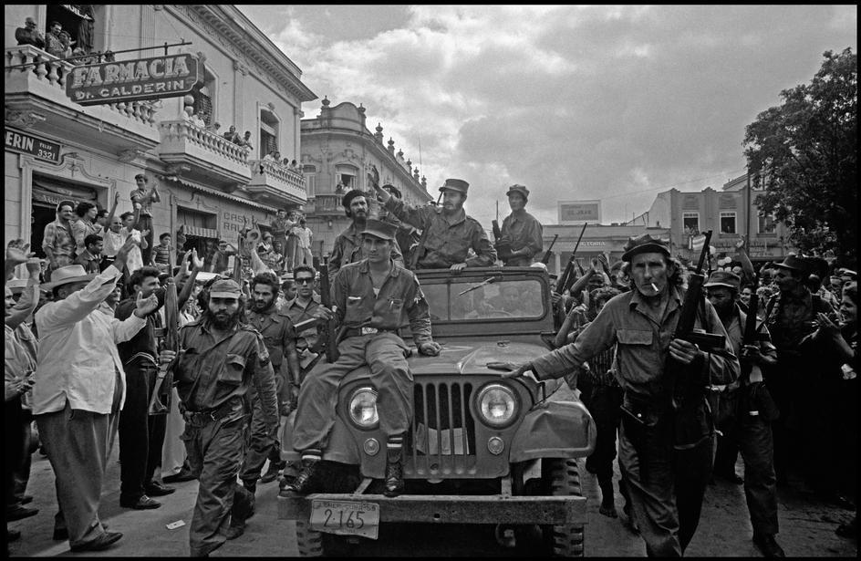 Fidel Castro y sus secuaces entran a Santa Clara, Cuba, en 1959