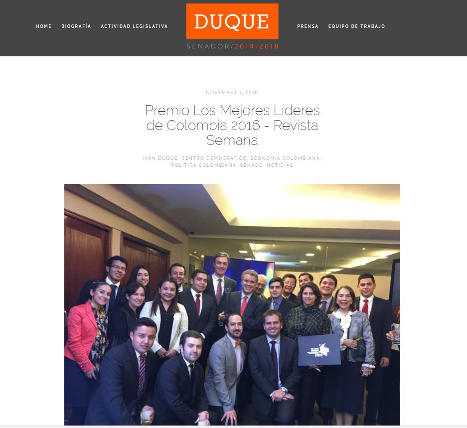 Foto del senador Duque, en su website, celebrando el premio de Semana