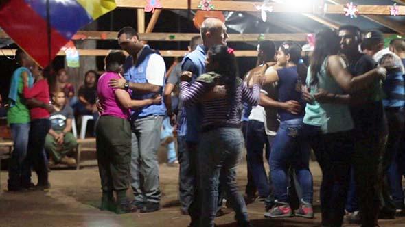 Delegados de la ONU bailando con los guerrilleros de las FARC, en pleno proceso de verificación