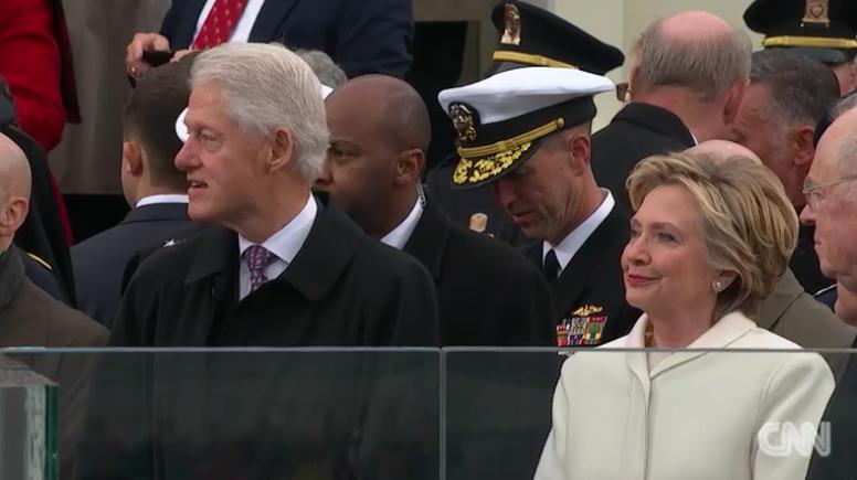 Los Clinton no pudieron ocultar su malestar