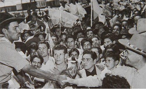 El presidente Gustavo Rojas Pinilla saludando al bandolero Guadalupe Salcedo