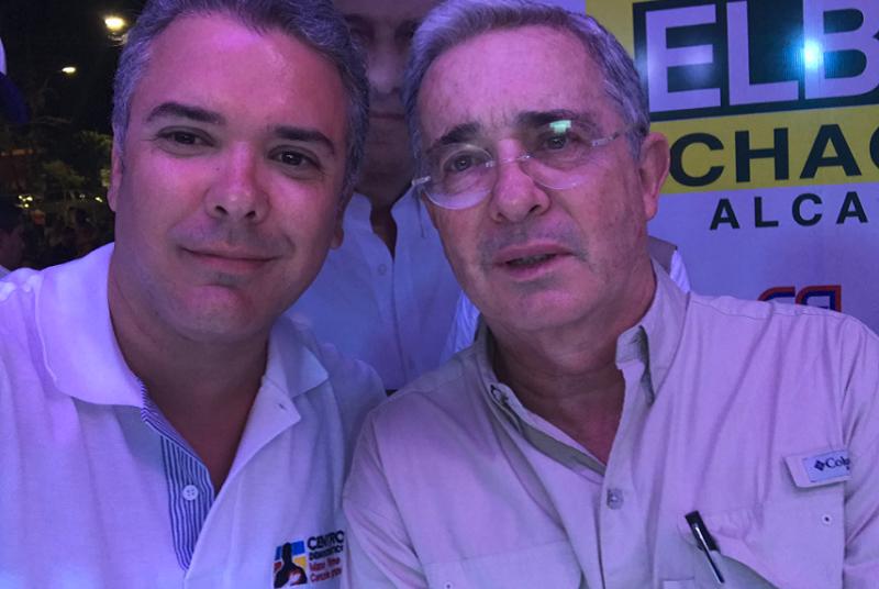 Esta selfie la publicó el senador Iván Duque como prueba del supuesto apoyo del ex presidente Uribe a su candidatura (Foto Iván Duque, tomada de su cuenta de Twitter)