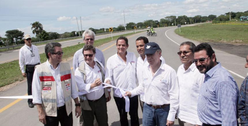 Juan Manuel Santos, Germán Vargas Lleras y los directivos de Odebrecht inaugurando la doble calzada en la Ruta del Sol II